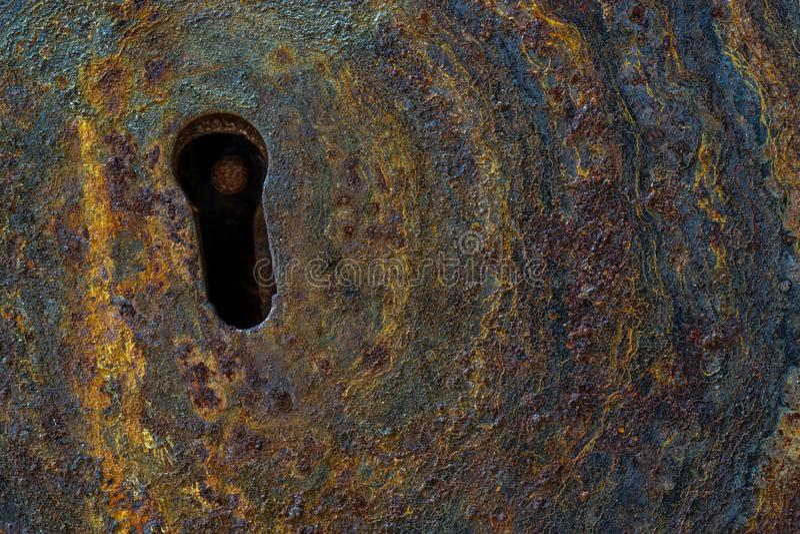 关闭与匙孔的生锈的被腐蚀的金属门 免版税库存照片