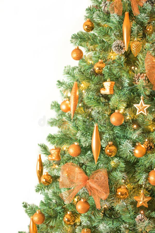 关闭与在右边的白色背景-隔绝的古铜色颜色装饰品的现代装饰的圣诞树 免版税库存照片