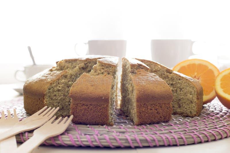 关闭与在白色和咖啡的快餐隔绝的蛋糕、茶 免版税图库摄影