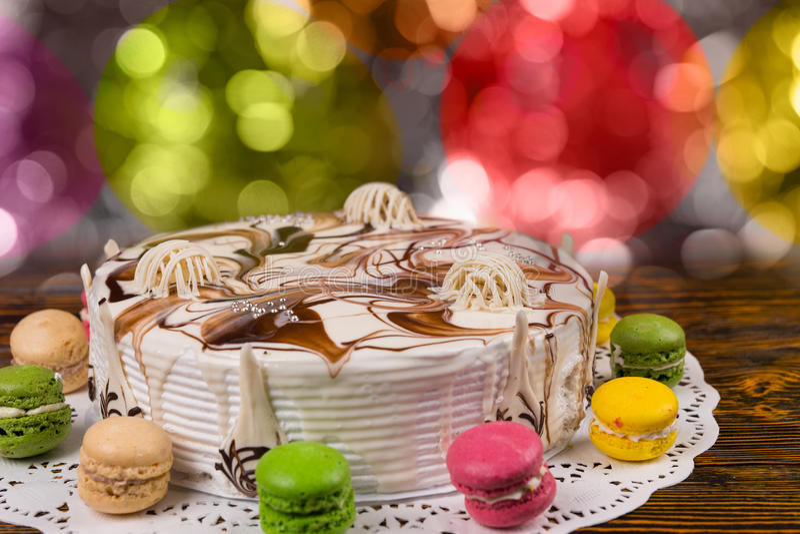 关闭与巧克力装饰品的蛋糕在五颜六色brighting 免版税库存照片