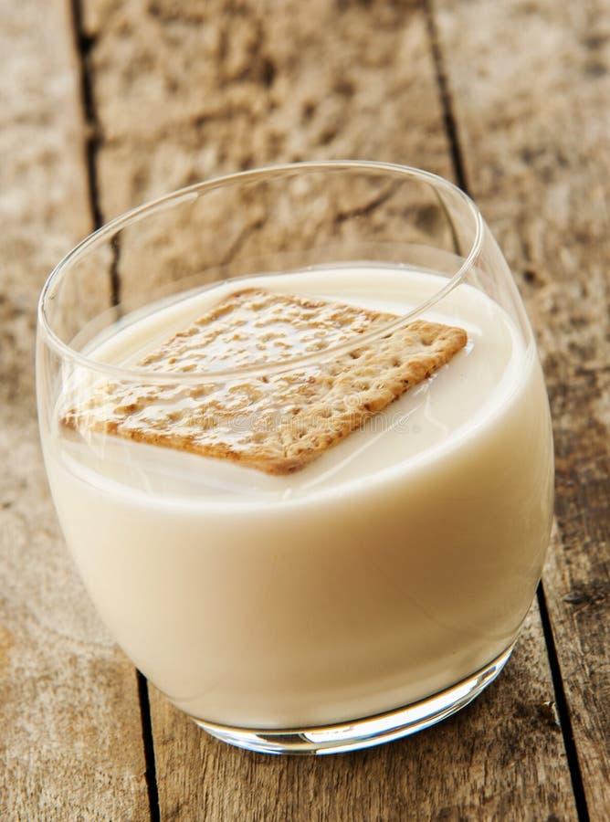 关闭与杯牛奶 免版税库存图片