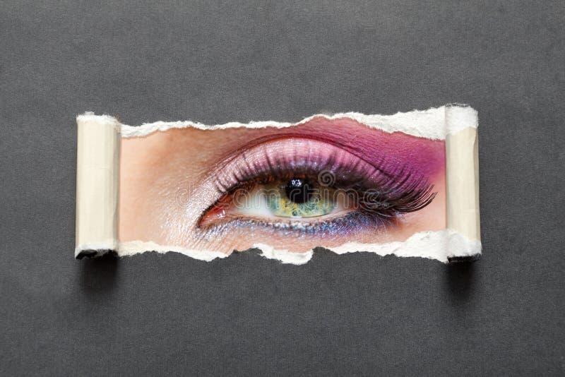 关闭与桃红色构成的女性眼睛 免版税库存图片