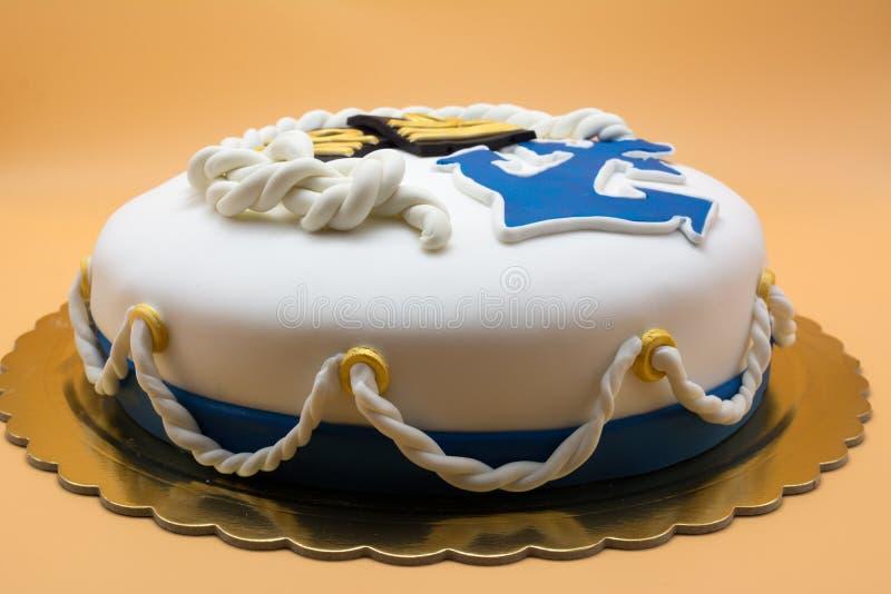关闭与海军标志装饰的一个蛋糕在渔郎 免版税库存图片