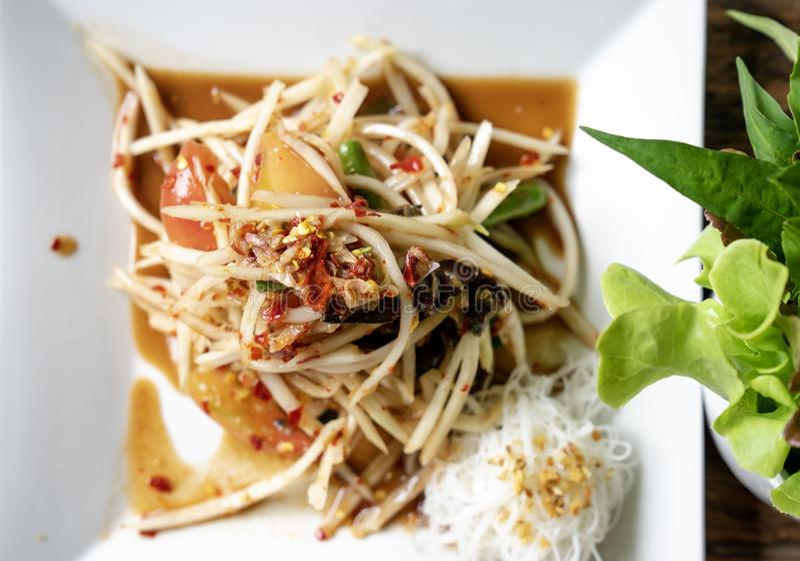关闭与烂醉如泥的fis的顶视图泰国辣绿色番木瓜沙拉 免版税库存照片
