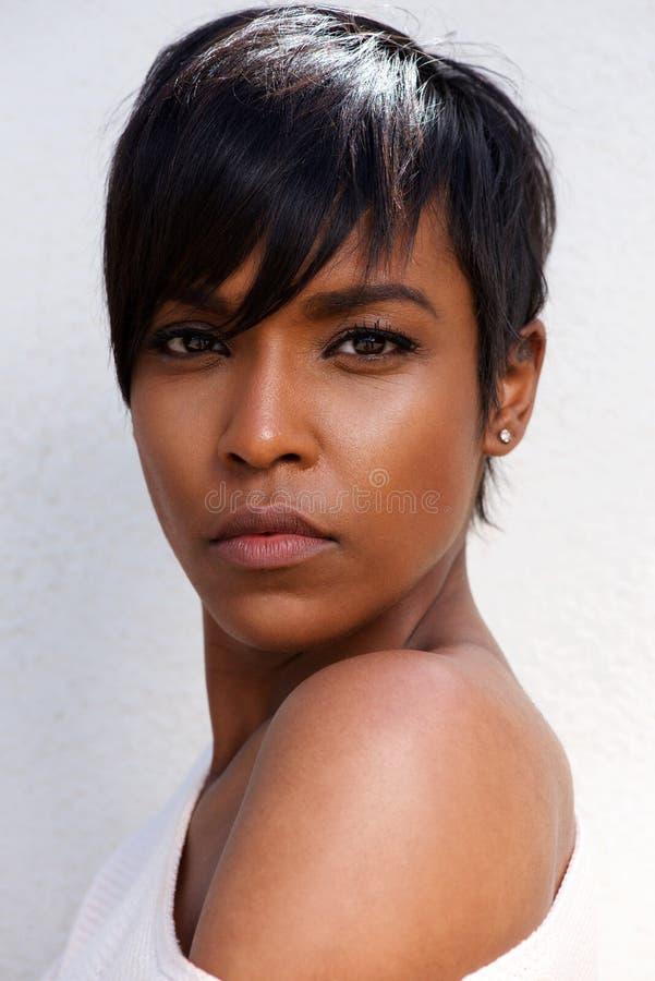 关闭与现代发型的时髦的非洲女性模型 免版税图库摄影