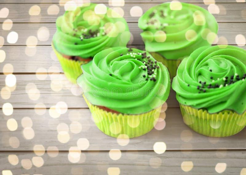 关闭与绿色buttercream的杯形蛋糕 免版税库存照片