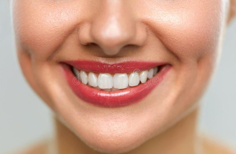 关闭与美好的微笑和白色牙的妇女嘴 免版税图库摄影