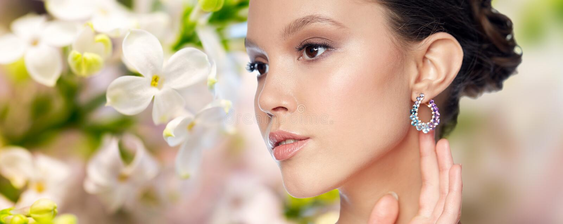 Download 关闭与耳环的美丽的妇女面孔 库存图片. 图片 包括有 现有量, 绿色, 消耗大, 珠宝, 丁香, 蓝色, 表面 - 72351595