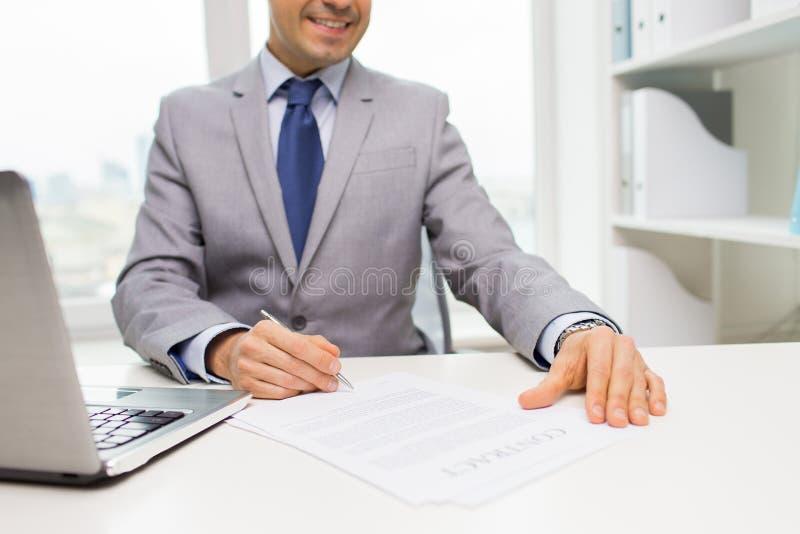 关闭与膝上型计算机和纸的商人 库存图片