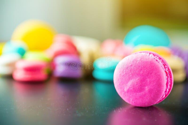 关闭与葡萄酒柔和的淡色彩口气的五颜六色的macarons点心 五颜六色的macarons蛋糕 食物自然本底 免版税图库摄影