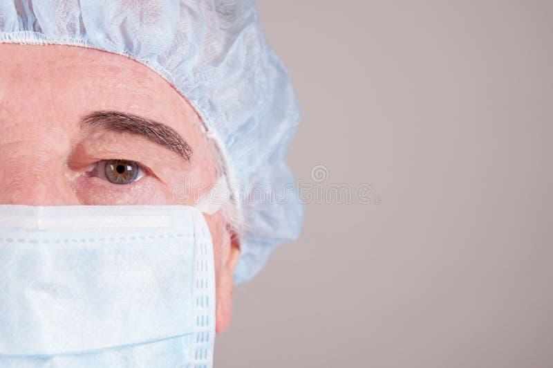 关闭与被隔绝的面膜的docotors面孔 免版税库存图片