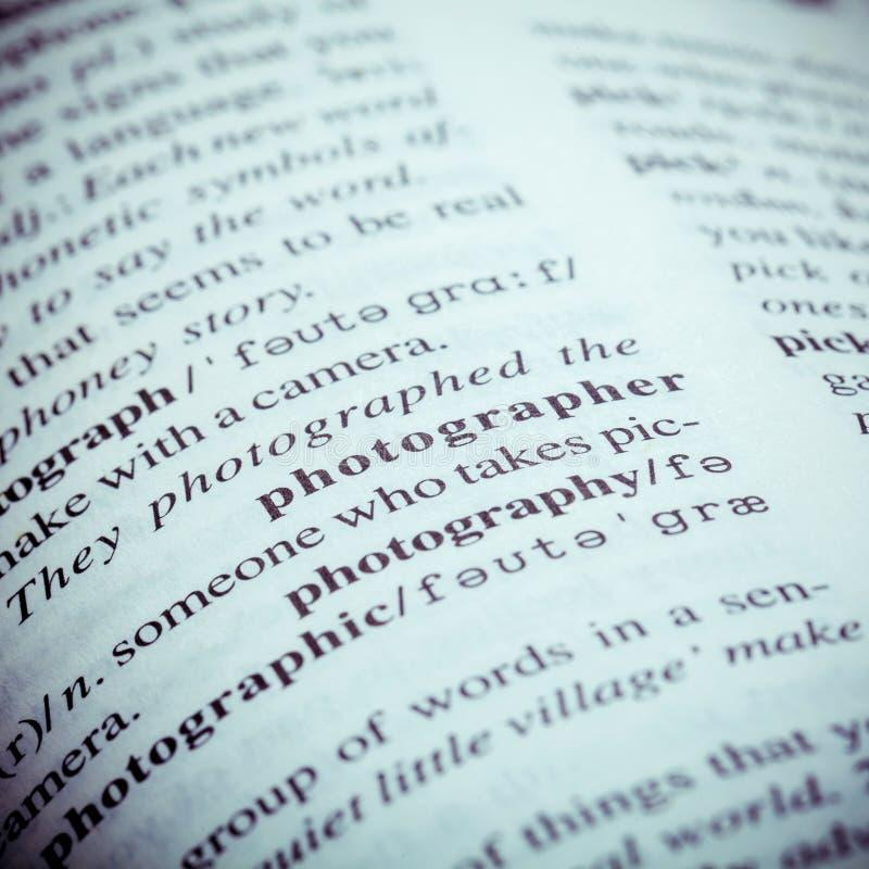 关闭与词摄影师的老英国字典页 免版税库存照片