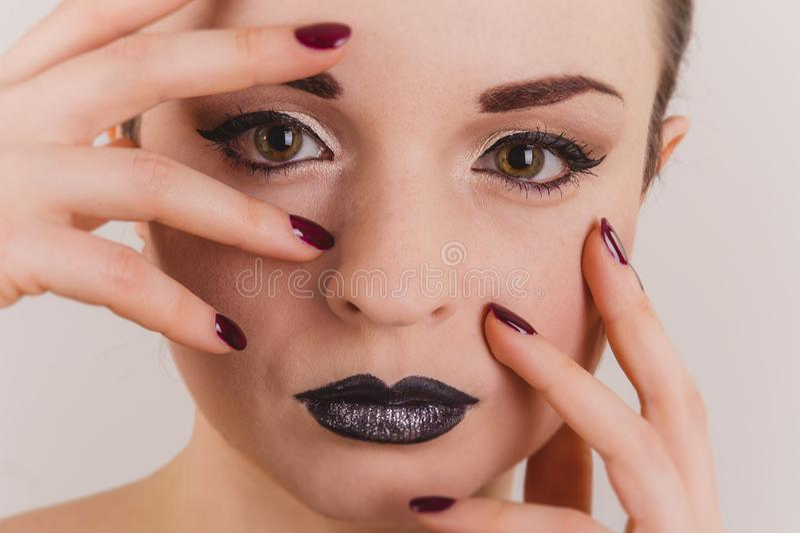 关闭与闪亮金属片构成的美丽的妇女面孔画象 图库摄影