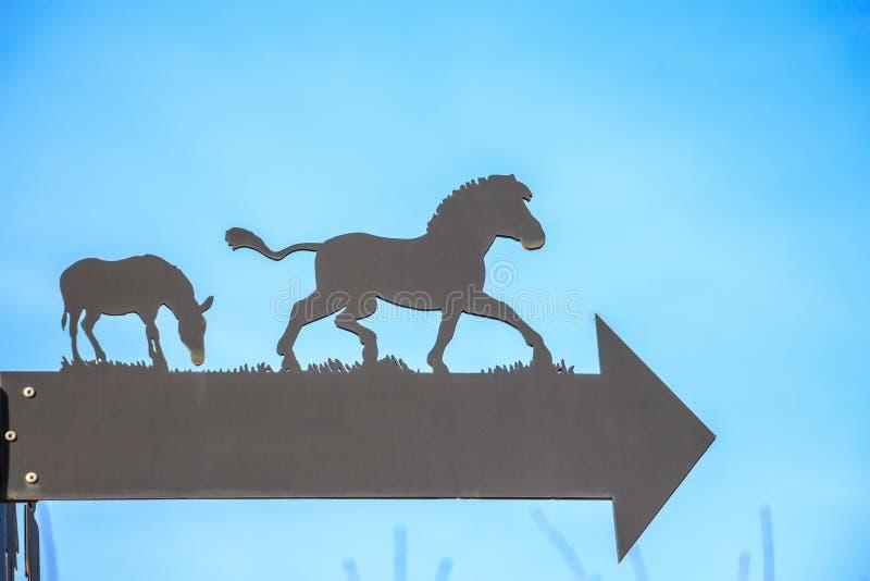 关闭与马剪影的箭头在动物园里 库存图片