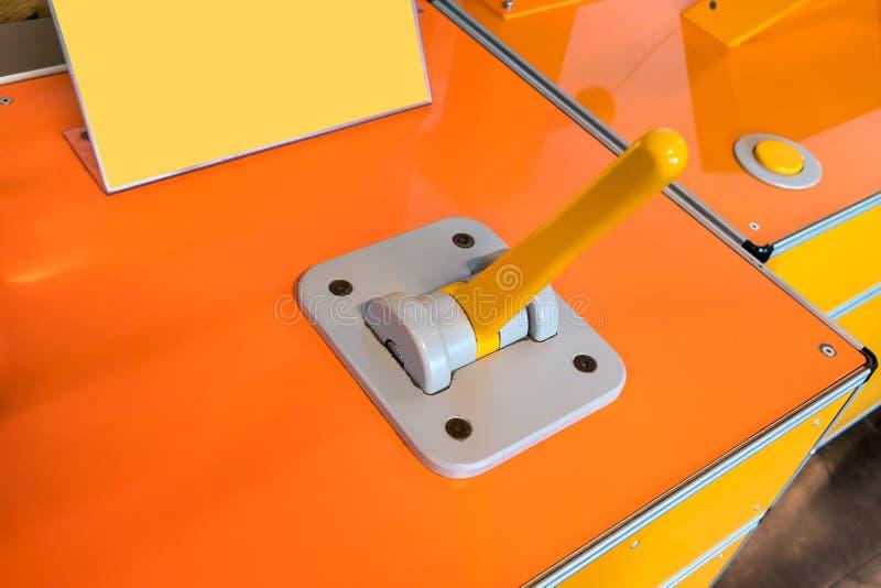 关闭与黄色把柄的乒乓键控制器在灰色盘区  免版税库存图片