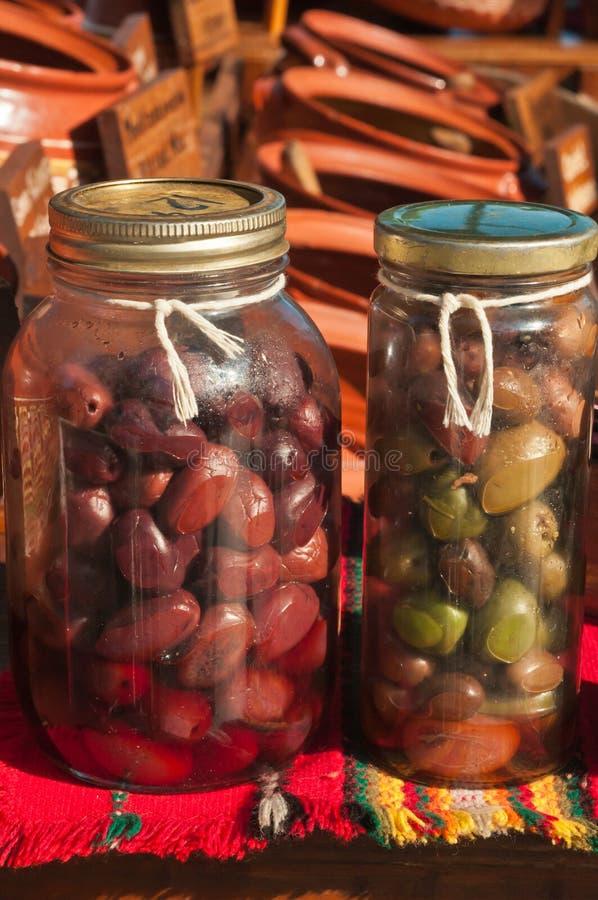 关闭两个瓶橄榄待售 免版税库存照片