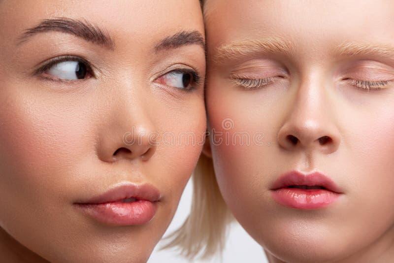 关闭两美女的面孔有令人惊讶的出现的 库存照片