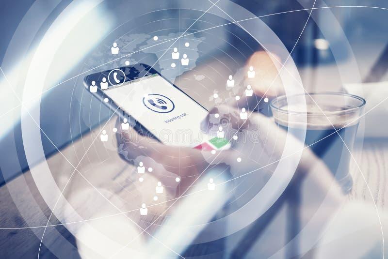 关闭举行在电话的女性手上的普通设计智能手机 在桌上的杯咖啡 电话象 库存例证
