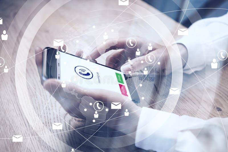 关闭举行在电话的女性手上的普通设计智能手机 电话象屏幕,全世界 向量例证