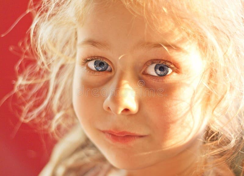 关闭五岁画象白肤金发的儿童女孩 库存照片