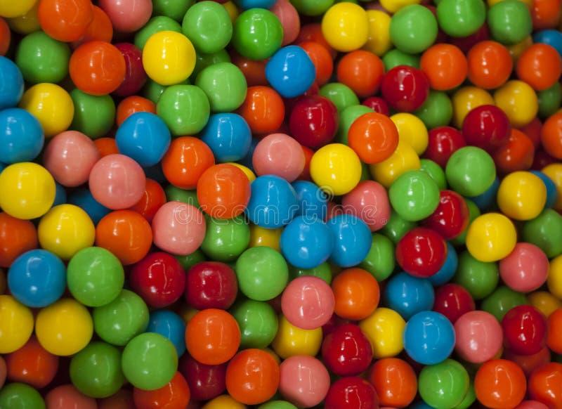 关闭五颜六色的糖果纹理背景 在碗的彩虹五颜六色的糖果上漆的巧克力片 免版税库存照片