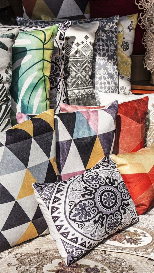 关闭五颜六色的装饰枕头 库存照片