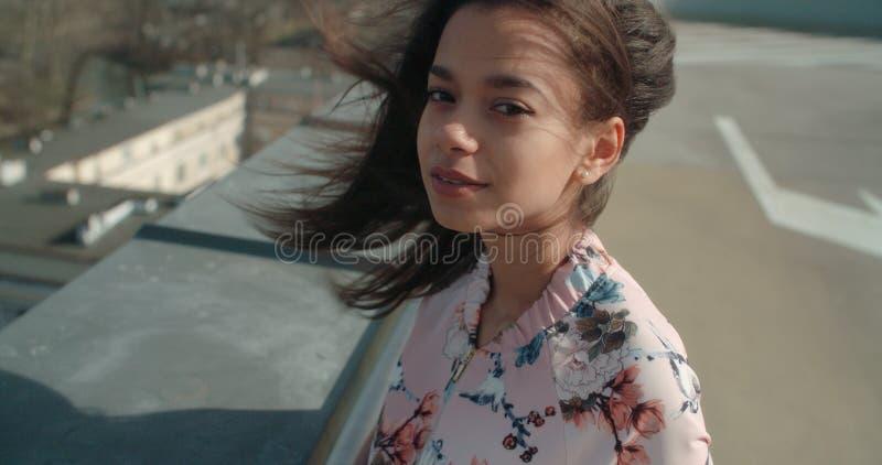 关闭享受在屋顶的年轻美丽的妇女时间 库存照片