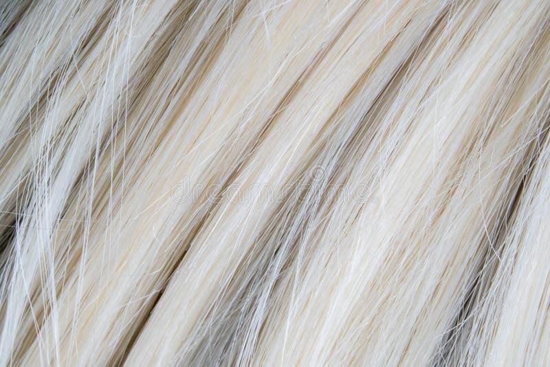 关闭人为白肤金发的假发头发 免版税库存照片