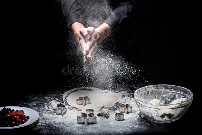 关闭人准备曲奇饼的手 图库摄影