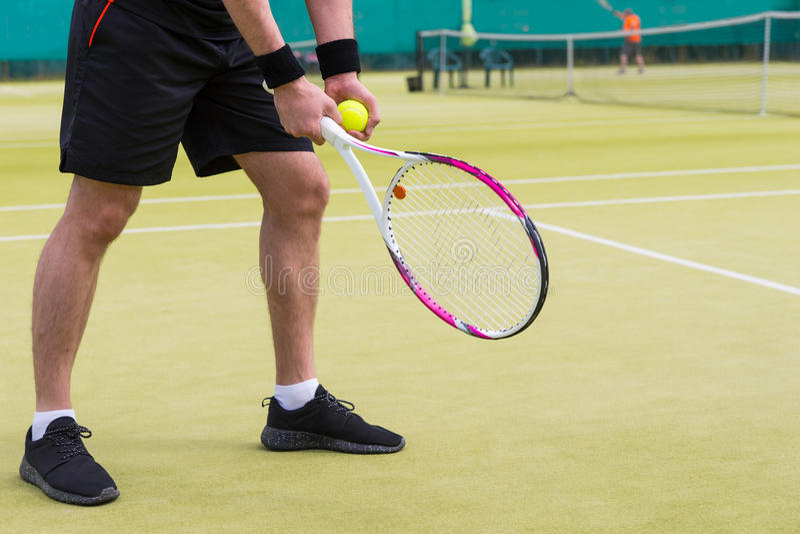 关闭人球员有准备好的网球的` s手对ser 库存照片