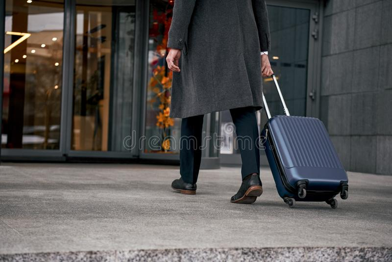 关闭人运载的手提箱在机场终端 免版税库存图片