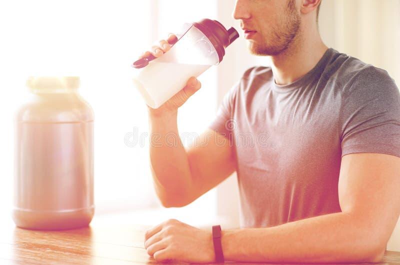 关闭人饮用的蛋白质震动 库存图片