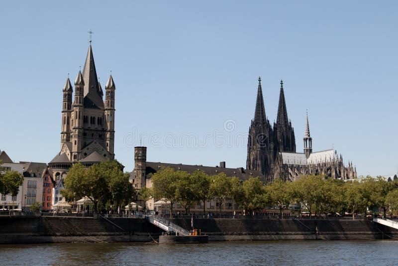 关闭从莱茵河视域和科隆香水大教堂观看的大教堂在观光的小船旅行期间 图库摄影