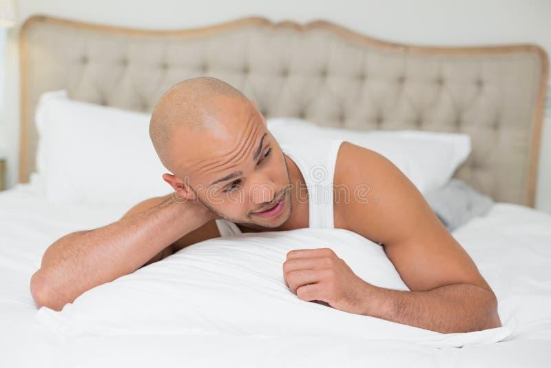 关闭休息在床上的一个人 库存照片