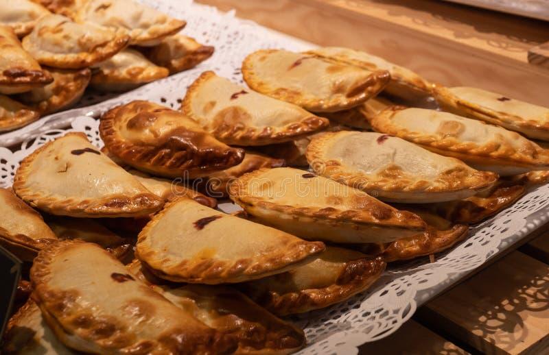关闭传统油煎的西班牙和阿根廷empanadas在一个街道食物市场上在西班牙 免版税图库摄影