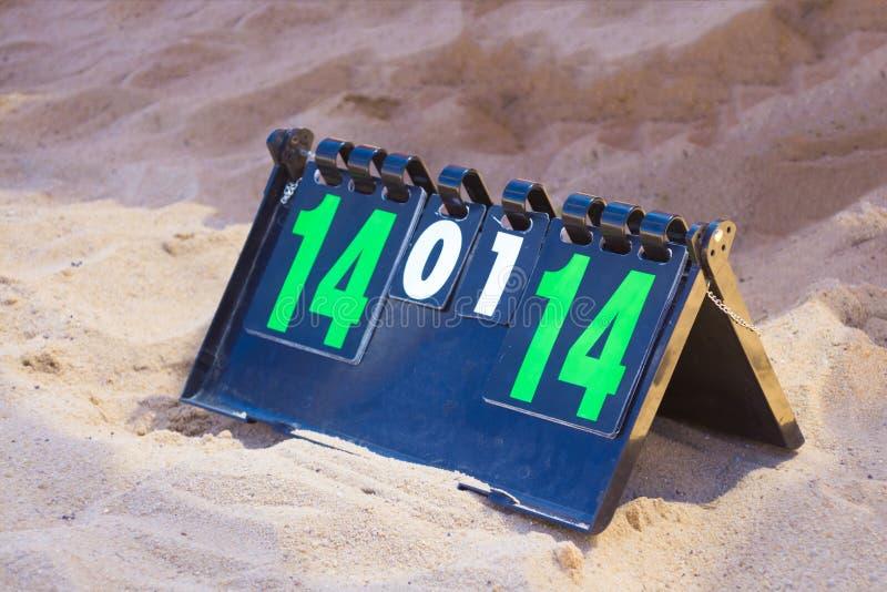 关闭体育在夏天沙子的排球记分牌 比分-领带, 14-14 免版税库存照片