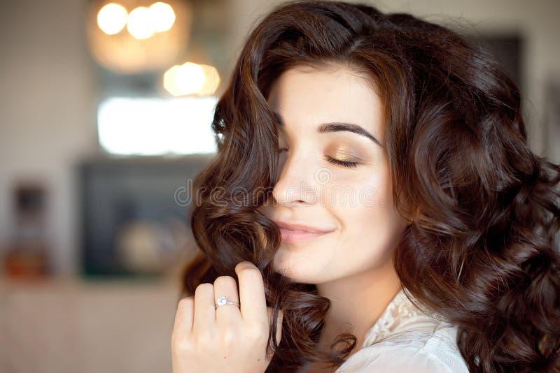 关闭体贴的妇女画象有华美的长的头发的 库存图片