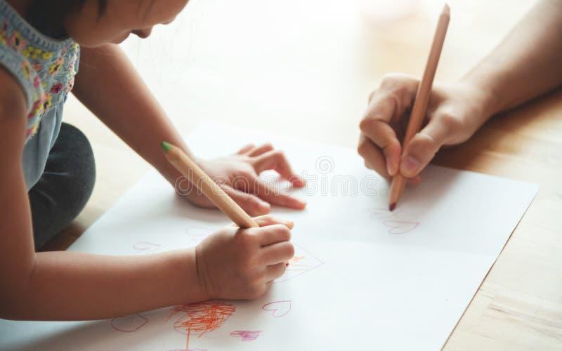 关闭使一致母亲和女儿的手 免版税库存照片