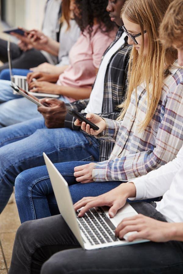 关闭使用数字技术的安装的大学生 免版税库存照片