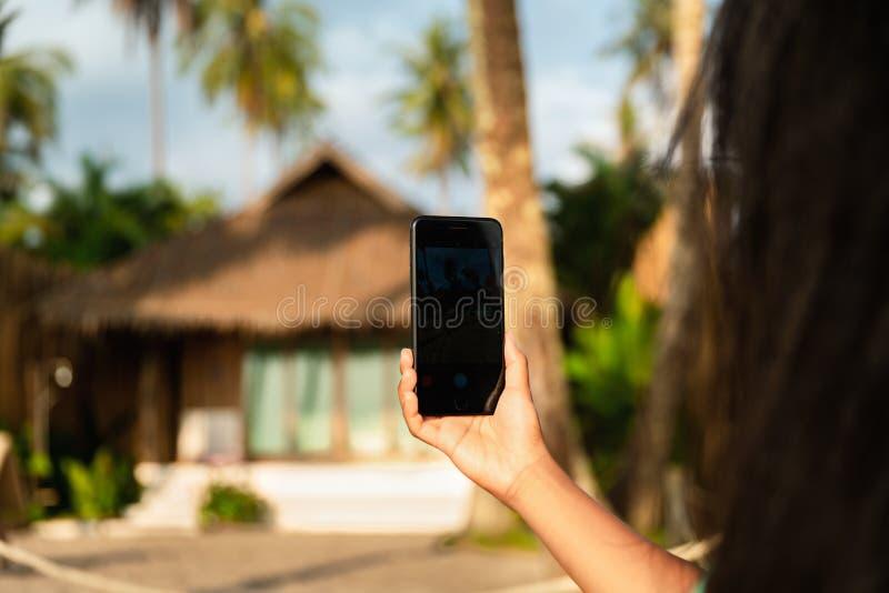 关闭使用有屏幕的照片妇女流动巧妙的电话为拷贝空间:概念观看的网站,付款服务,预定的旅馆 免版税库存照片