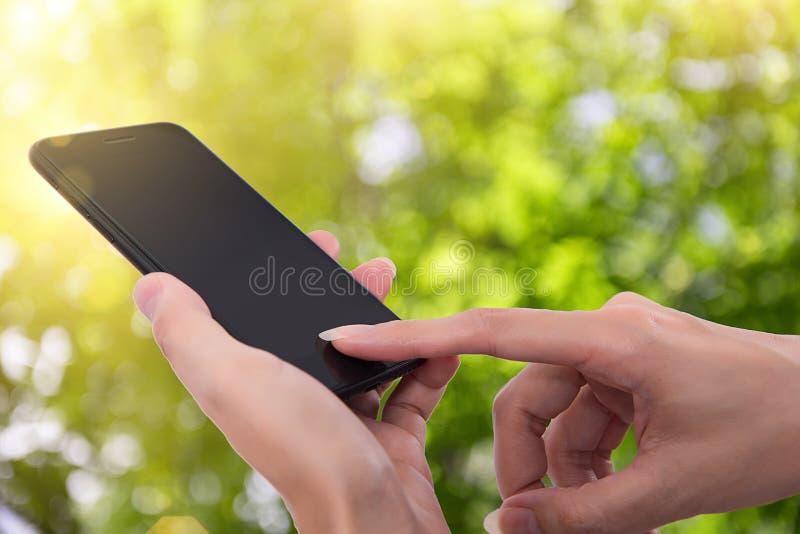 关闭使用流动巧妙的电话的妇女 库存照片