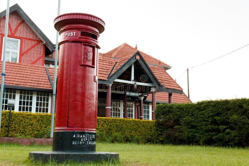 关闭修造努沃勒埃利耶,斯里兰卡的红色邮箱和邮局看法  免版税库存照片