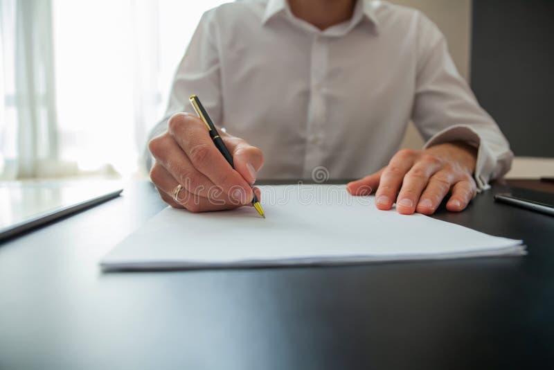 关闭做成交,经典事务的商人签署的合同 免版税库存照片