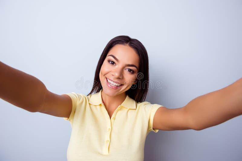 关闭做selfie与的逗人喜爱的激动的拉丁女孩画象  库存图片