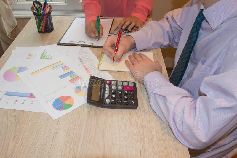 关闭写报告,计算或者检查平衡的簿记员或财政审查员手看法  图库摄影