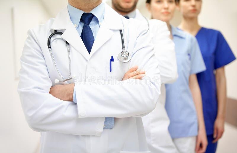 关闭军医或医生在医院走廊 免版税图库摄影