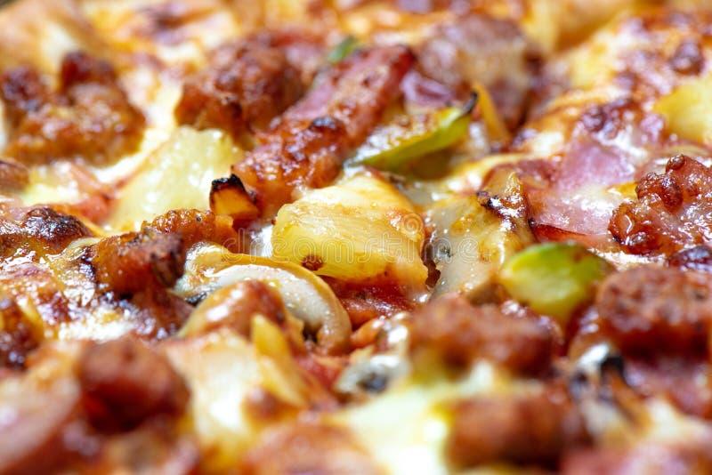 关闭冠上在夏威夷比萨 食物和鲜美概念 免版税库存照片