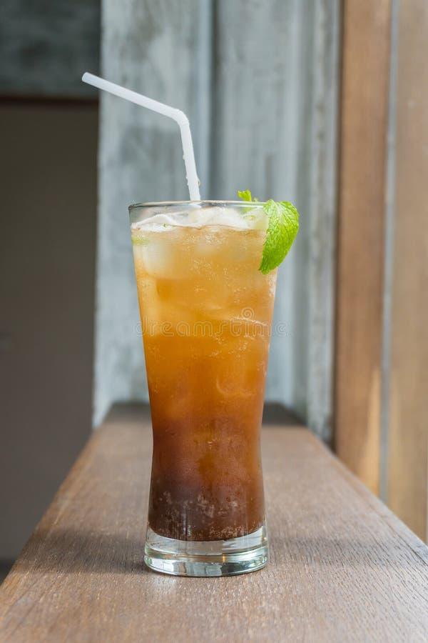 关闭冰在木桌,选择聚焦迷离backg上的柠檬茶 库存照片