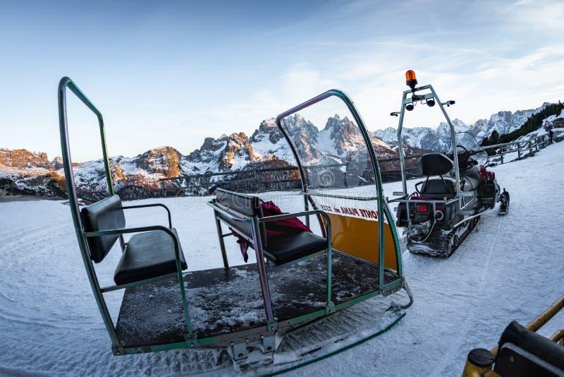 关闭准备好马达的爬犁为在多雪的意大利白云岩的乘驾离开 免版税库存图片