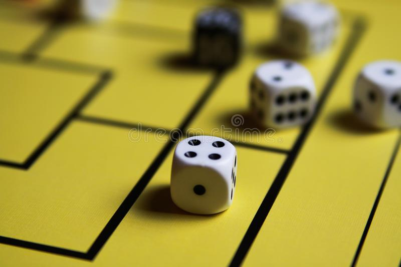 关闭切成小方块在黄色比赛板 库存照片